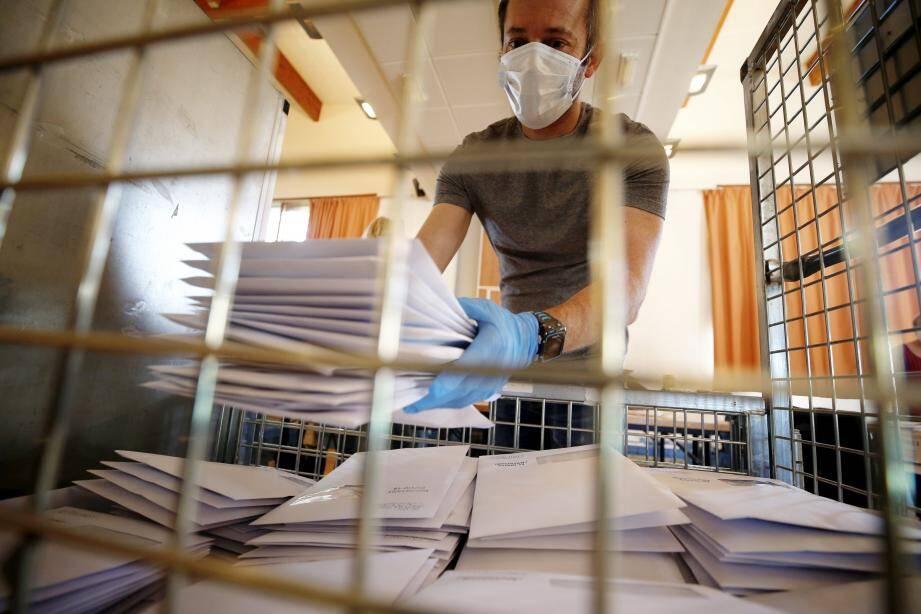 """Depuis lundi, les petites mains volontaires se pressent de mettre sous pli les protections 100% coton estampillées """"Antibes-Juan-les-Pins""""."""