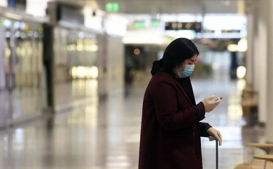 Une voyageuse à l'aéroport Franz-Josef-Strauss de Munich (Allemagne) le 28 avril 2020