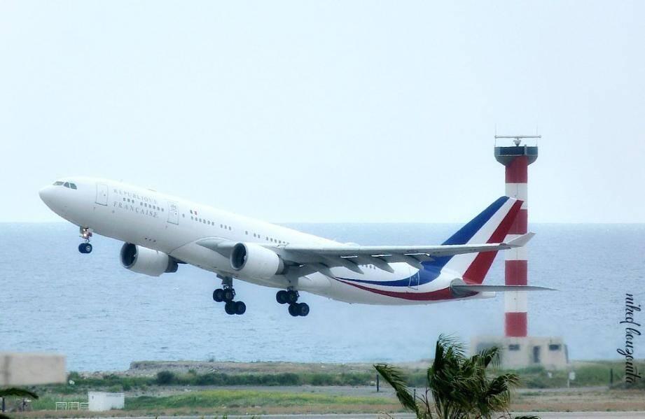 L'A330-200 décoré aux couleurs de la République française a effectué plusieurs passages bas, ce vendredi, pour le plus grand plaisir des photographes avertis.