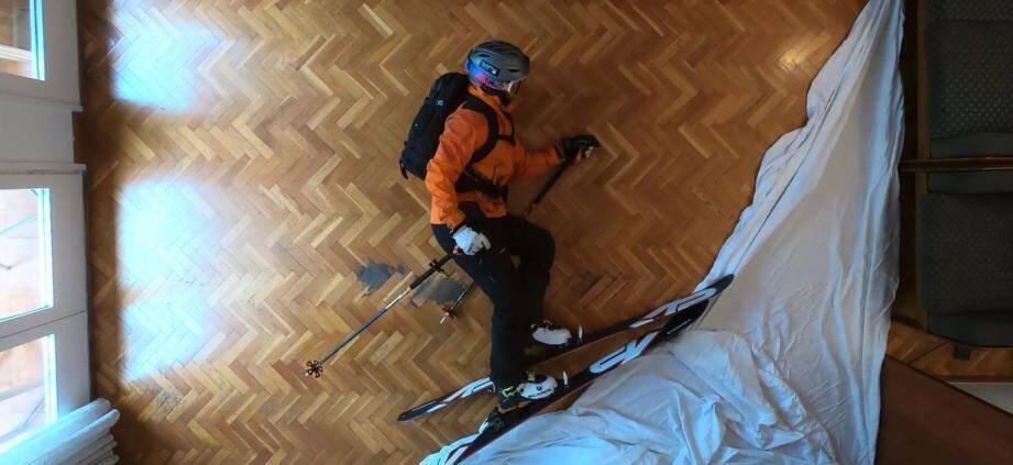 Sur la vidéo de 57 secondes, réalisée en stop-motion, on voit l'auteur du projet se réveiller dans un sac de couchage dans son salon, puis gravir une montagne de draps blancs au piolet, avant de la redescendre en enchaînant les figures à skis... le tout filmé depuis le plafond.