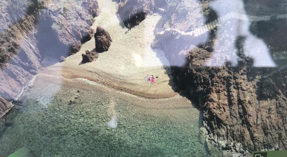Sur cette crique du côté du Trayas, cette personne se pensait sans doute à l'abri des regards et des obligations de confinement. Raté. Le drone l'a repérée.