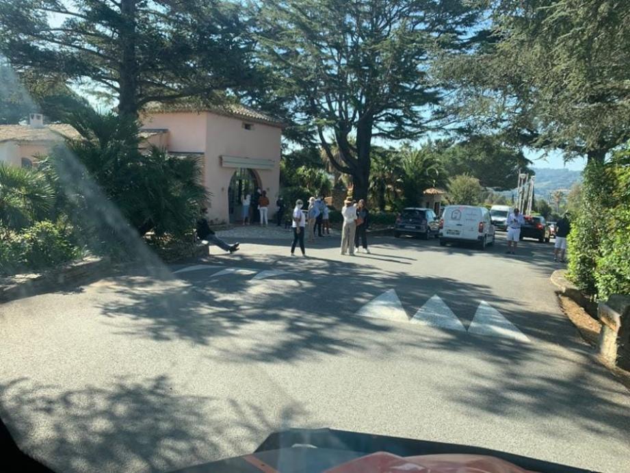 Un médecin et un technicien accueillent les habitants à l'entrée de la résidence des Parcs de Saint-Tropez.