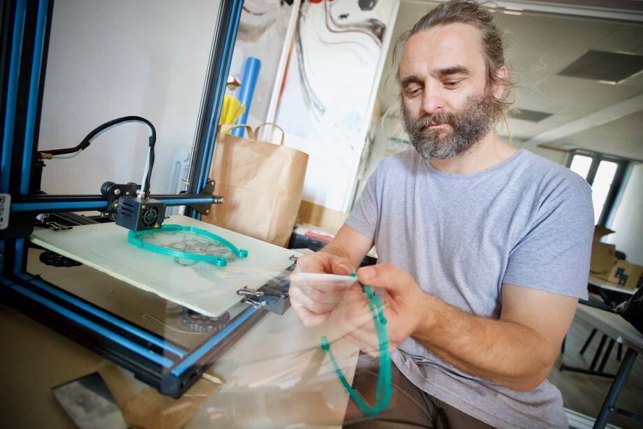 Benjamin Six, manager du Fab Lab, fabrique depuis quelques jours des visières de sécurité qui seront distribuées au personnel soignant de l'hôpital de Draguignan.