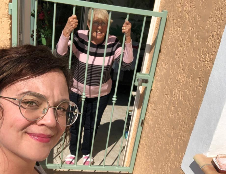 Emilie (à gauche) aide sa voisine du dessus Josette et promet que cela perdurera après le confinement.