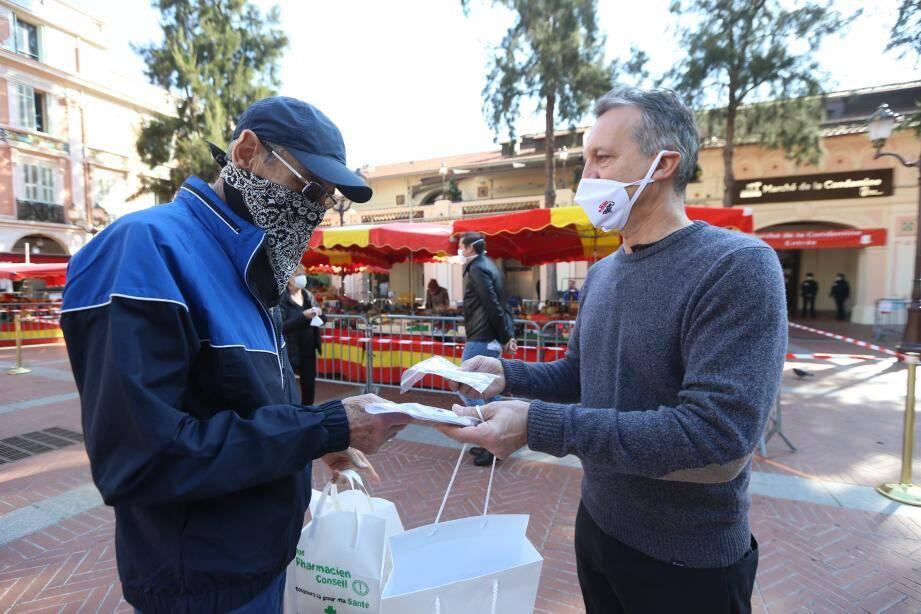 Georges Marsan, le maire de Monaco, a également participé à la distribution de masques offerts par la Fondation Princesse Charlène, la semaine dernière.