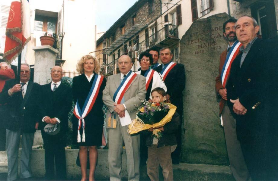Photo Légende : André Gal (en costume gris) à l'époque où il était maire de la commune, devant la stèle de son père, Felix Gal, lui aussi ancien édile du village.