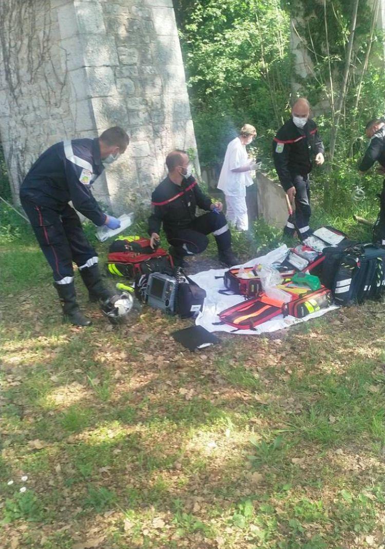 Les pompiers sont sur place depuis 1h30 afin d'extirper l'homme coincé sous le canal de Grasse.