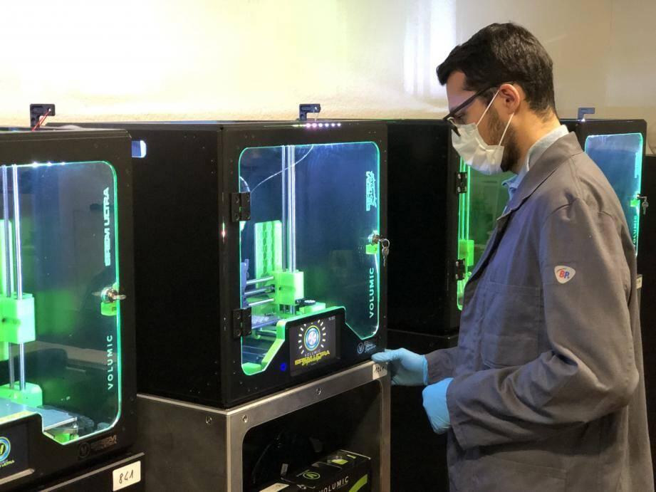 """""""Dans cette crise sanitaire, l'impression 3D apporte des solutions alternatives"""", explique Stéphane Malausséna, cofondateur de Volumic 3D qui a imprimé des éprouvettes d'analyse pour le dépistage du Covid-19."""