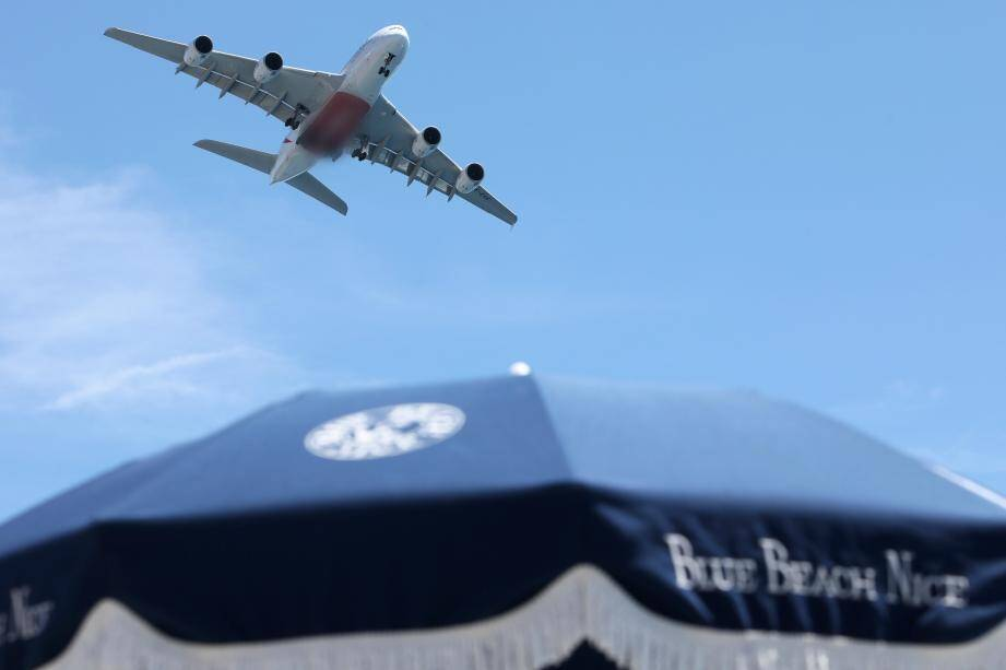 Un Airbus A380 passe au-dessus de la plage Blue Beach à Nice.