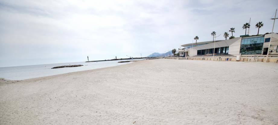 La plage du Palais des Festivals à Cannes, désertée pendant le confinement.