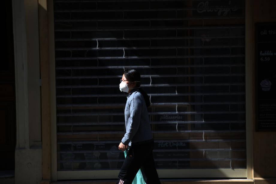 Illustrations sur les incertitudes à propos de l?après confinement dû au Coronavirus en France, ici des passants portant de masques passant devant des commerces fermés dans les rues d?Antibes (MaxPPP TagID: maxmatinarch534947.jpg) [Photo via MaxPPP]