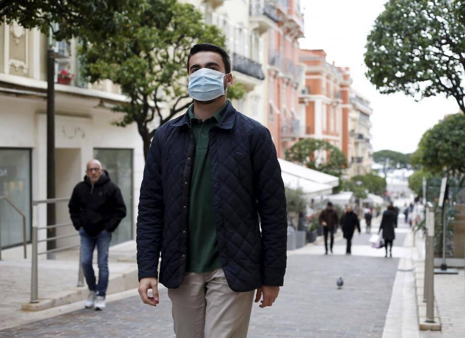 À Nice, la distribution des masques a commencé, tandis qu'à Cannes, une intelligence artificielle traque ceux qui n'en portent pas au marché.
