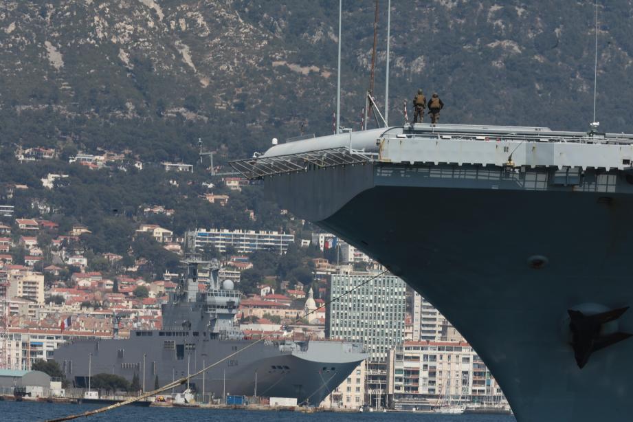 Le porte-avions Charles de Gaulle dans la rade de Toulon.