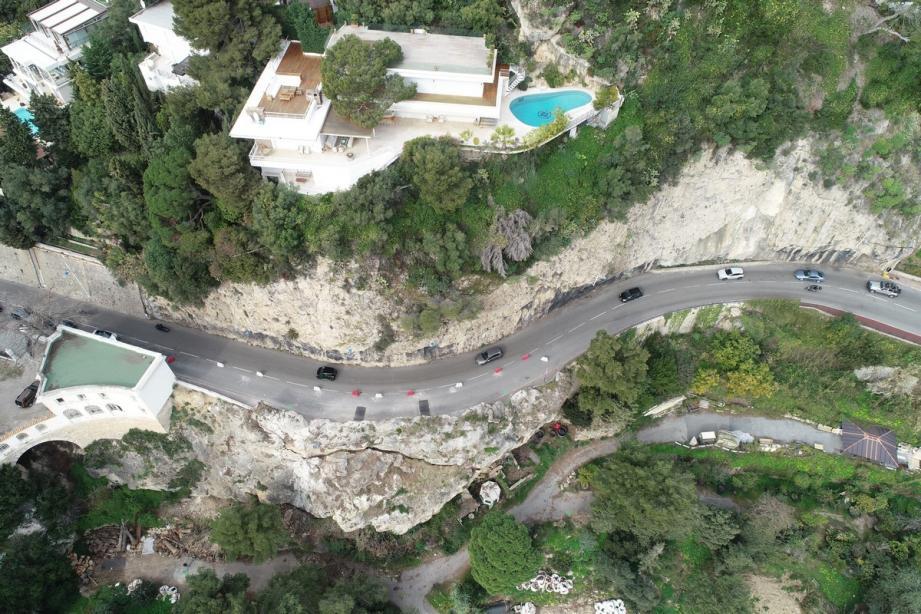 Le massif rocheux, qui soutient la RD 6098, va être purgé et conforté avant la fin du confinement.