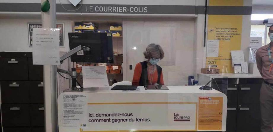 Pascal Raya et ses équipes, à La Poste de Nice Saint-Augustin, se préparent à accueillir un afflux de clients.