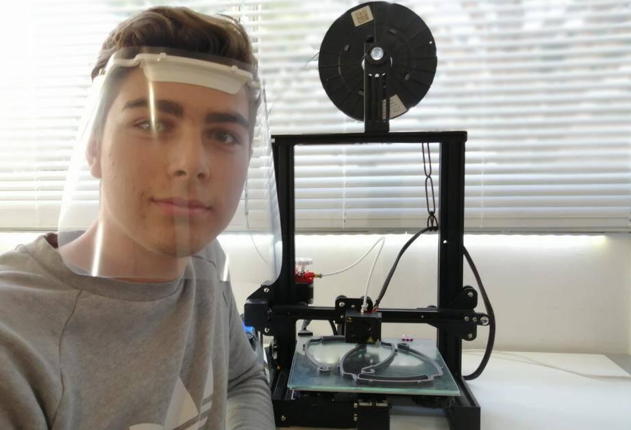 En vacances scolaires mais confiné, Vincent, lycéen à Nice fabrique des visières avec son imprimante 3D.