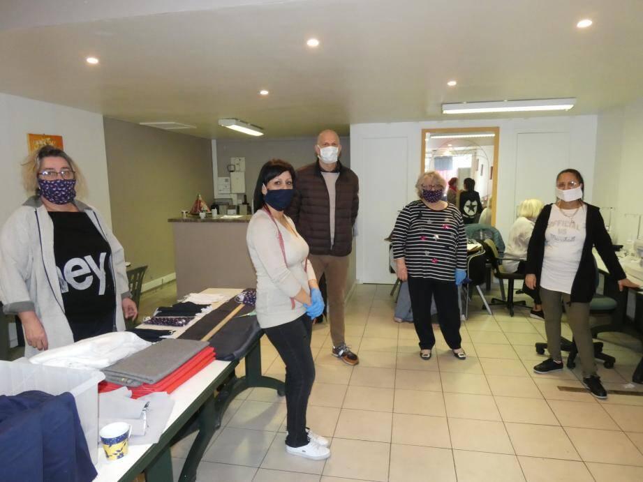 Le siège de l'association varoise de l'action des locataires (Aval) avec l'appui du bailleur social THM a été transformé en atelier de couture depuis une semaine. 700 masques en tissu made in Toulon sur les 1.000 appelés à être distribués ont déjà été confectionnés.