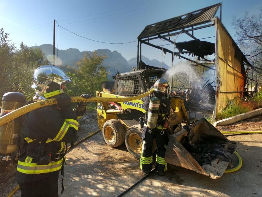 Les soldats du feu ont évité le pire en récupérant sept bouteilles de gaz disposées à l'intérieur de l'entrepôt.