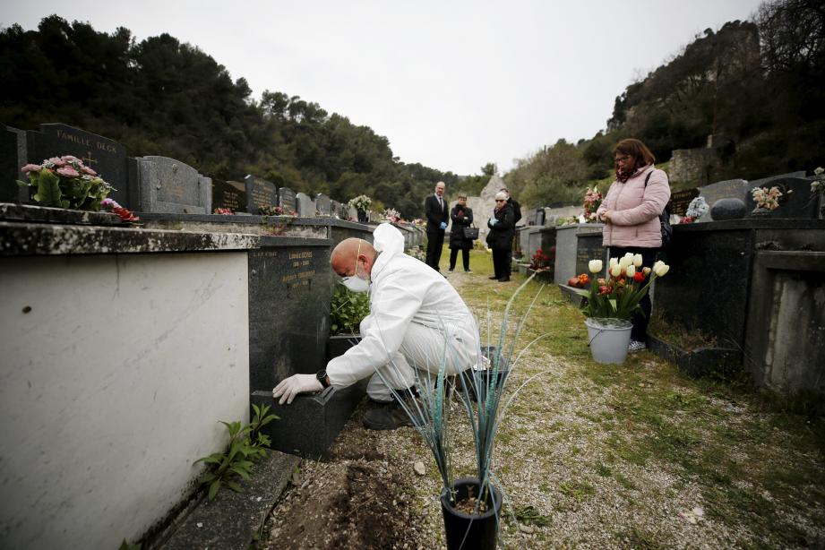 La situation sanitaire place aussi dans des situations très délicates, sur tous les points, les agents funéraires.