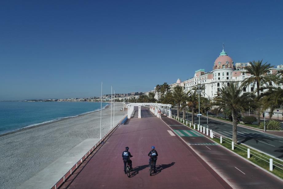 Les policiers se sont déployés à partir du mardi 17 mars dans l'après-midi à Nice et ont commencé à contrôler les autorisations de déplacement des usagers de la route, notamment sur la Promenade des Anglais.