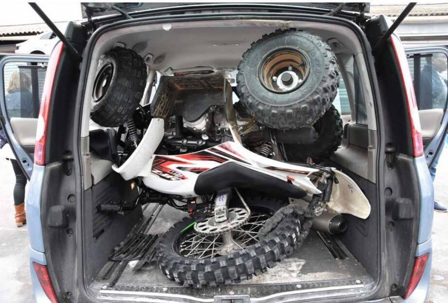 Dans le coffre de sa voiture, les fonctionnaires découvraient un quad, un moto-cross et de l'outillage portatif provenant visiblement du cambriolage du box de la Ciotat.