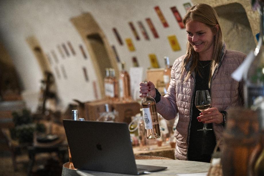 Madeleine Premmereur du Château Barbebelle présente un vin lors d'une dégustation par visioconférence depuis Rognes, dans les Bouches-du-Rhône, le 28 avril 2020