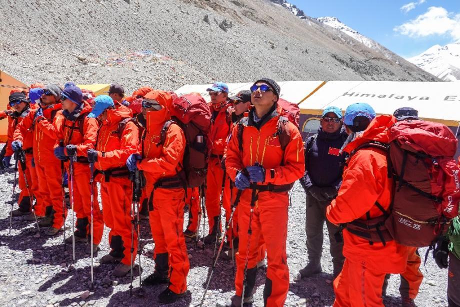 Des géomètres et alpinistes chinois se préparent à quitter le camp de base pour le sommet de l'Everest dans la région autonome chinoise du Tibet, le 6 mai 2020