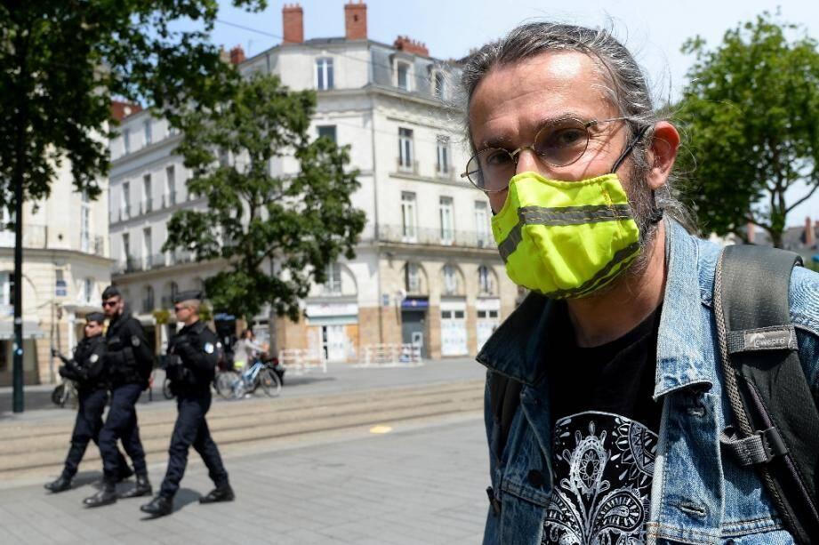 """Un manifestant avant un rassemblement de """"gilets jaunes"""" prévu le 16 mai 2020 à Nantes"""
