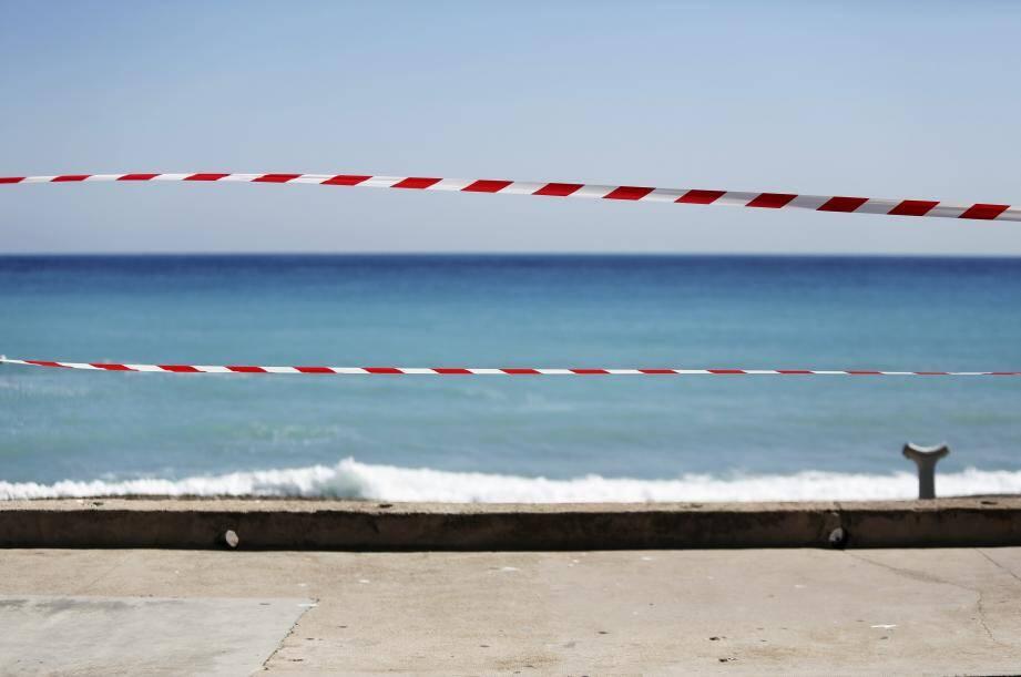 Le littoral désormais se résume à plusieurs kilomètres de sable sans âme (humaine) qui vive. Alors que beaucoup râlent, le gouvernement a annoncé ce jeudi que des dérogations pourraient être faites.