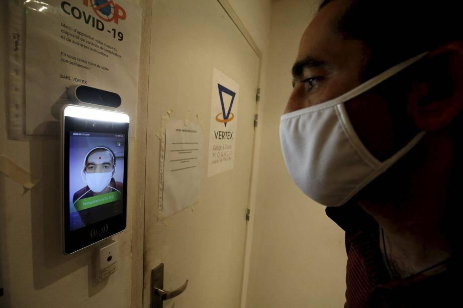 Il suffit de mettre son visage devant la caméra, laquelle vérifie la température corporelle grâce à une technologie infrarouge, ainsi que le port du masque.