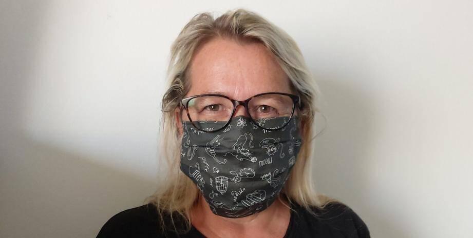 Comme Sabine, des centaines de couturiers et couturières se sont retrouvés sans revenus faute d'activité. Ils s'insurgent contre le fait qu'on leur demande de coudre des masques gratuitement.