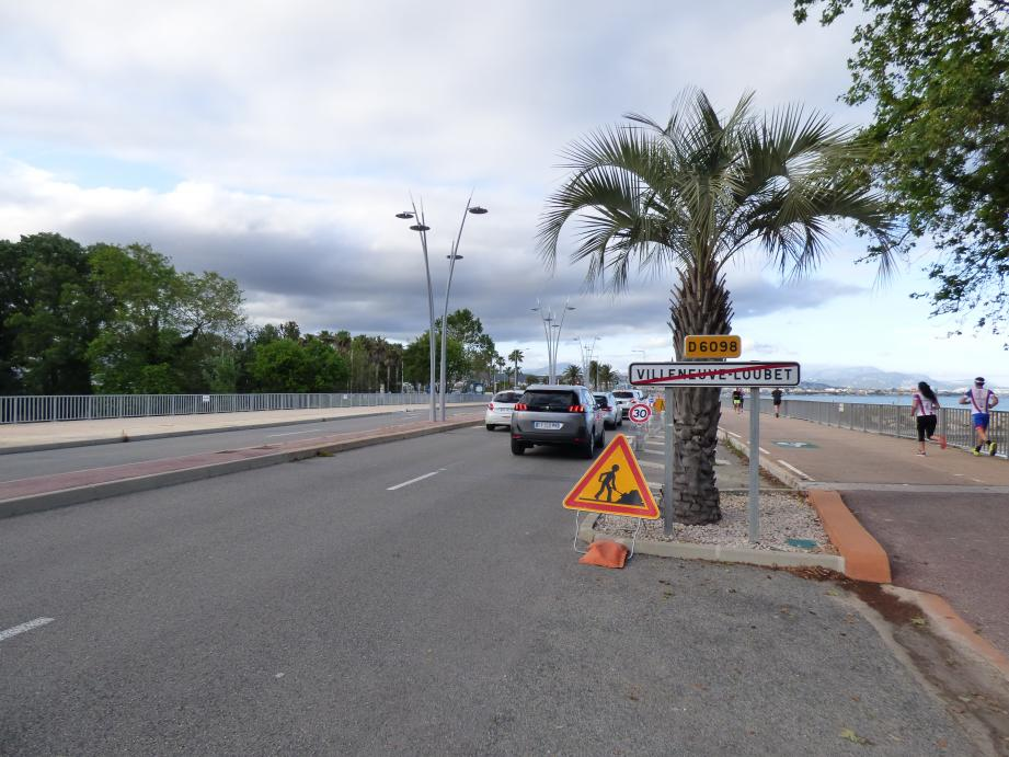 Vers midi, mardi, ça bouchonnait sur le bord de mer à l'entrée de Cagnes, à partir de l'endroit où la circulation automobile a été réduite de deux à une seule voie au profit de la nouvelle piste cyclable.