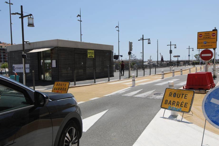 Dans le sens Est-Ouest, il existe deux possibilités de contournement du quai Lunel : la principale par la rue Antoine-Gautier, une seconde par le quai Papacino et la rue Robilant.