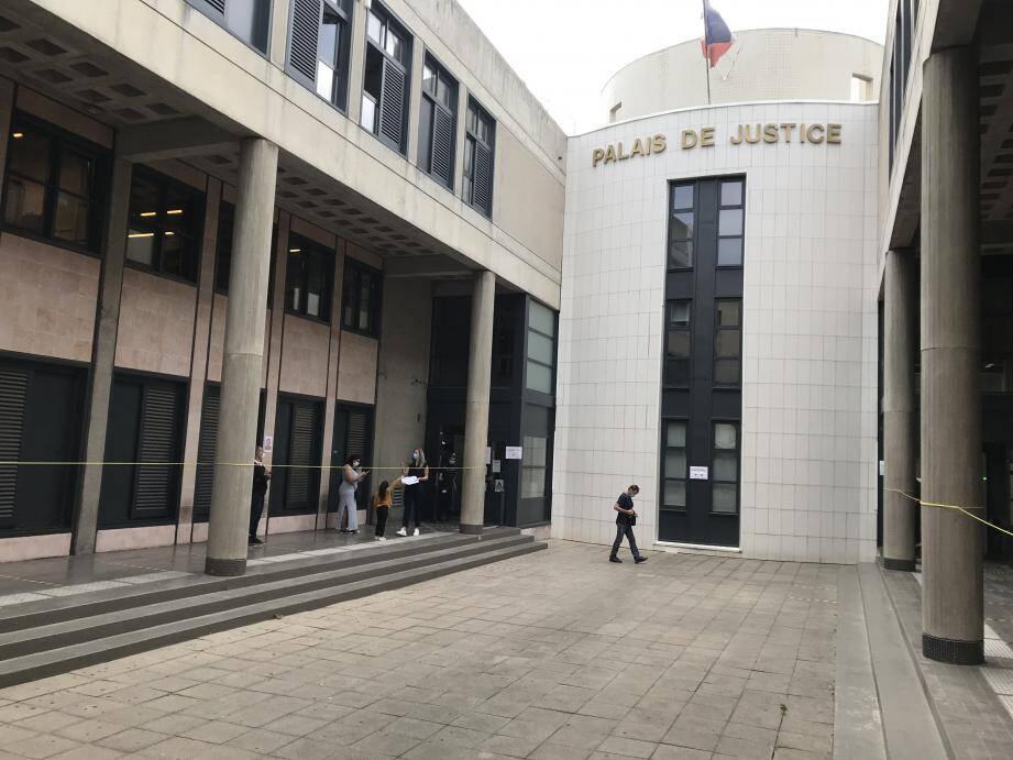 Le tribunal a tranché : prison ferme pour l'évadée et sursis pour sa complice.