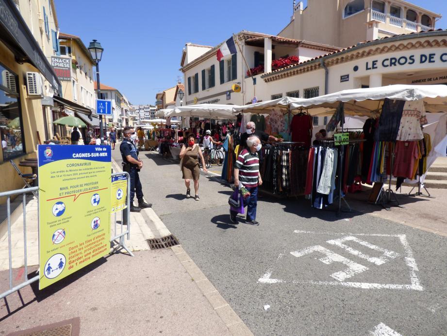 Les stands non-alimentaires ont pu réintégrer le marché du Cros, avenue des Oliviers.
