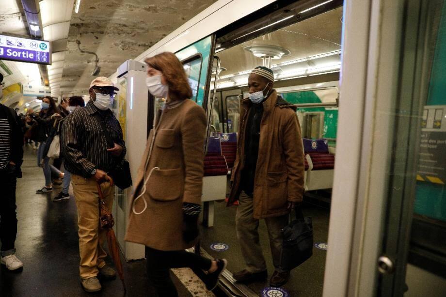 Des usagers portent des masques de protection dans le métro, le 11 mai 2020 à Paris, au premier jour du déconfinement en France