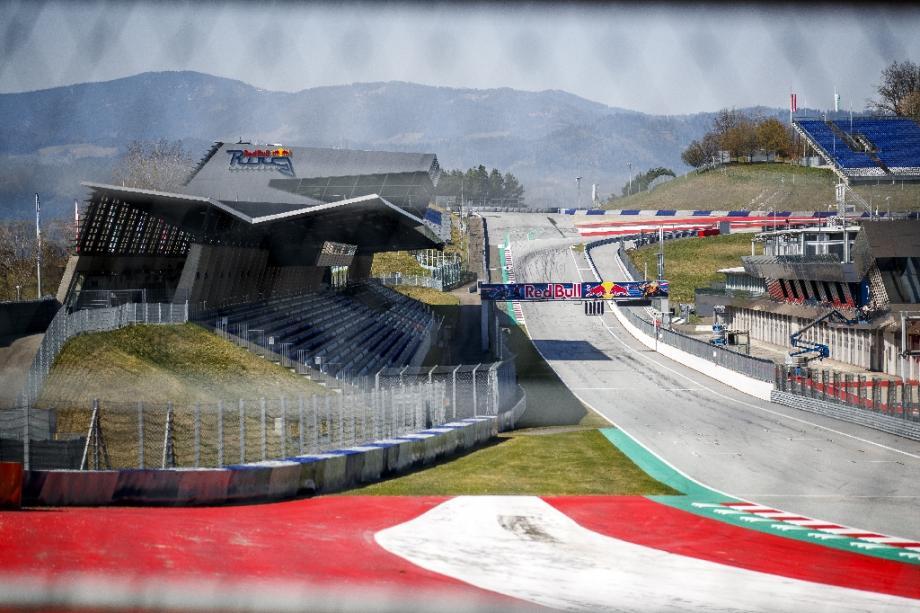 La ligne droite des stands du circuit de F1 de Spielberg le 17 avril 2020 en Autriche