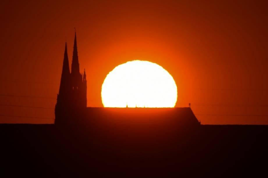 Coucher de soleil sur la cathédrale Notre Dame de Chartres, le 14 mai 2020.