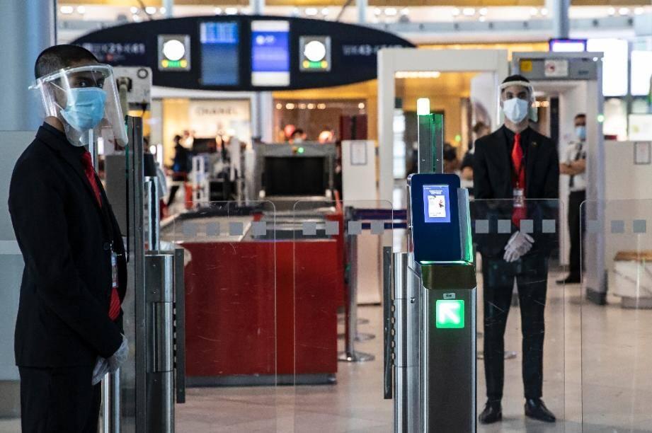 Des personnels aéroportuaires équipés de masques et de visières de protection à l'aéroport Roissy-Charles-de-Gaulle, le 14 mai 2020