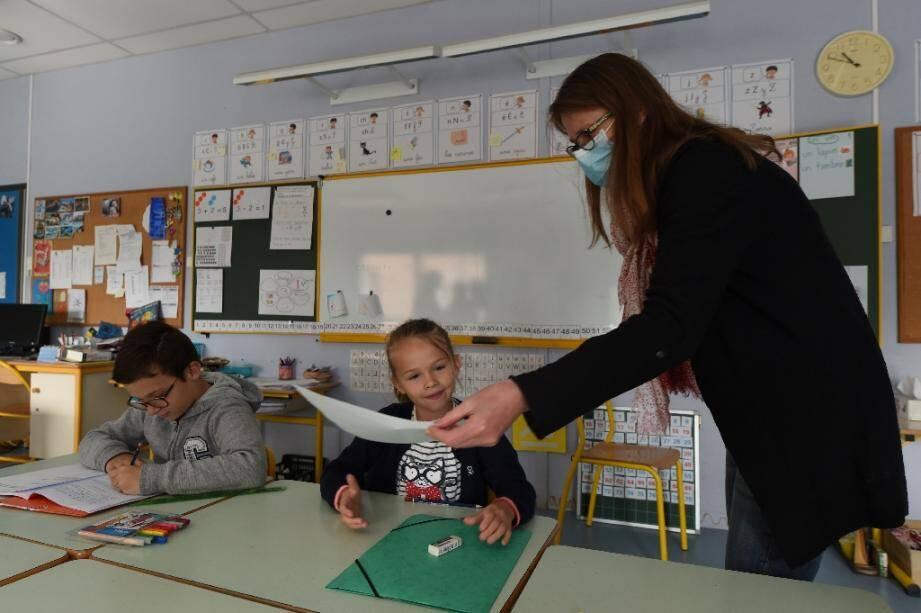 Une enseignante à l'école Alix-de-Bretagne, à Saint-Aubin-du-Cormier, en Ille-et-Vilaine, restée ouverte pendant le confinement pour accueillir les enfants des soignants, le 7 mai 2020