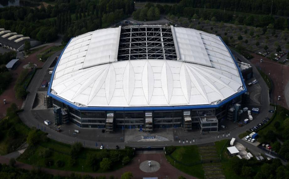 Vue aérienne de la Veltins Arena, le stade du club de Schalke 04, le 8 mai 2020 à Gelsenkirchen