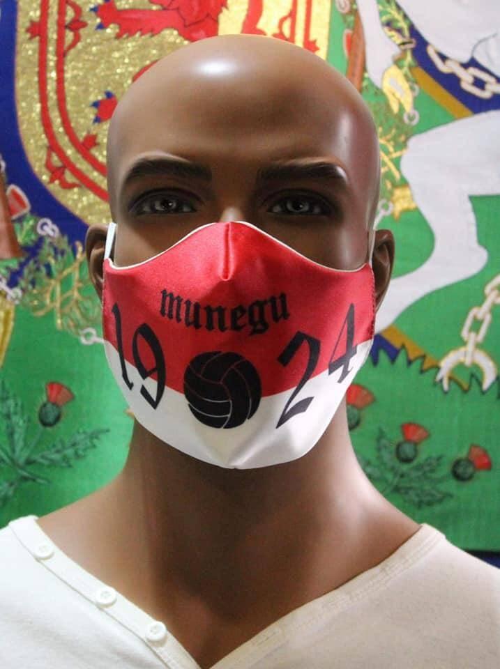 """Le masque se décline en deux modèles sur la traditionnelle diagonale rouge et blanche: l'un avec le """"Daghe Munegu"""" sans ballon; l'autre avec le """"Munegu 1924"""" et un ballon."""