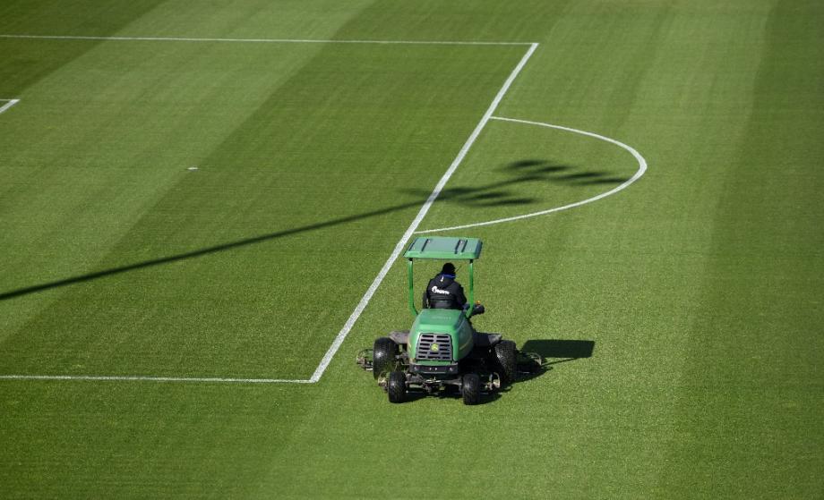 Un jardinier prépare la pelouse du stade de Gelsenkirchen, en Allemagne, où joue le club de la première divison de la Bundesliga, le FC Schalke 04, le 14 mai 2020