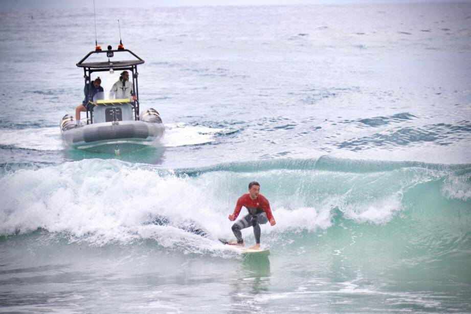 Un surfeur délogé par la police à Cannes.