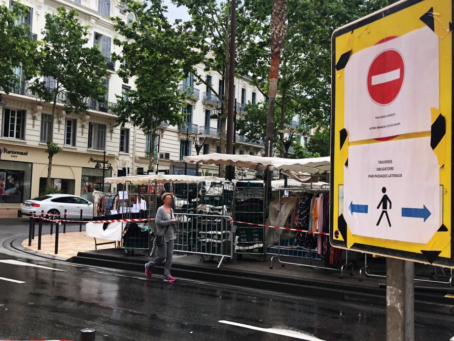 Si le début de matinée a été pluvieux pour les commerçants, ces derniers ont pu se faire au nouveau dispositif sur la place de-Gaulle.