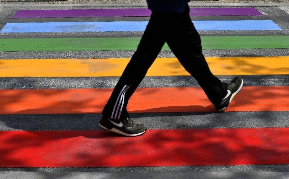 Un passage piétons aux couleurs de l'arc-en-ciel, lors de la journée internationale contre l'homophobie, la transphobie et la biphobie en mai 2018 à Périgueux
