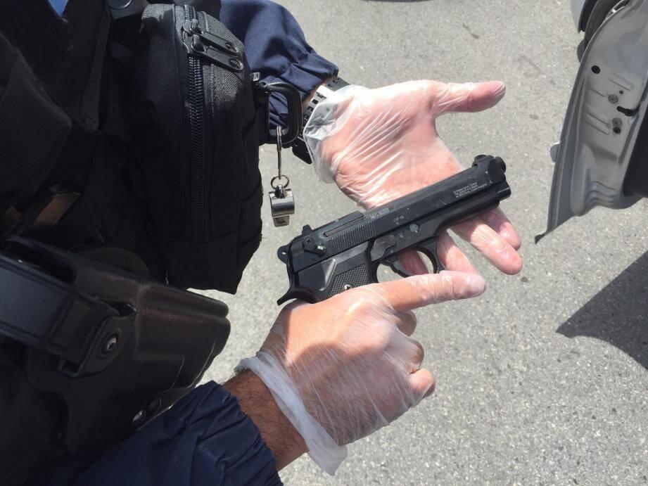 La crosse de cette arme en métal a interpellé le vigile du magasin, qui a alerté la police municipale.