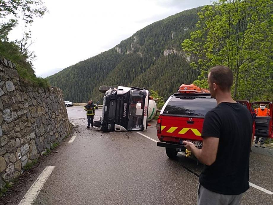 Un camion s'est couché au travers de la route.
