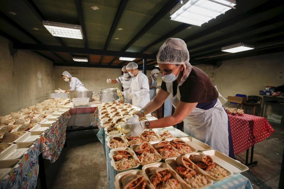 """""""Les Synapses"""" préparent et distribuent une """"soupe populaire"""" aux habitants dans le besoin du quartier de l'Ariane."""