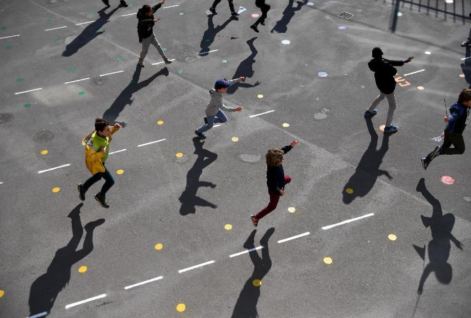Jeux dans la cour de récréation de l'école Saint-Germain-de-Charonne à Paris, le 14 mai 2020.